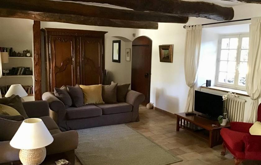 Location de vacances - Mas à Bagnols-en-Forêt - Le Salon avec sa cheminée et acces a la grande terrace couverte.