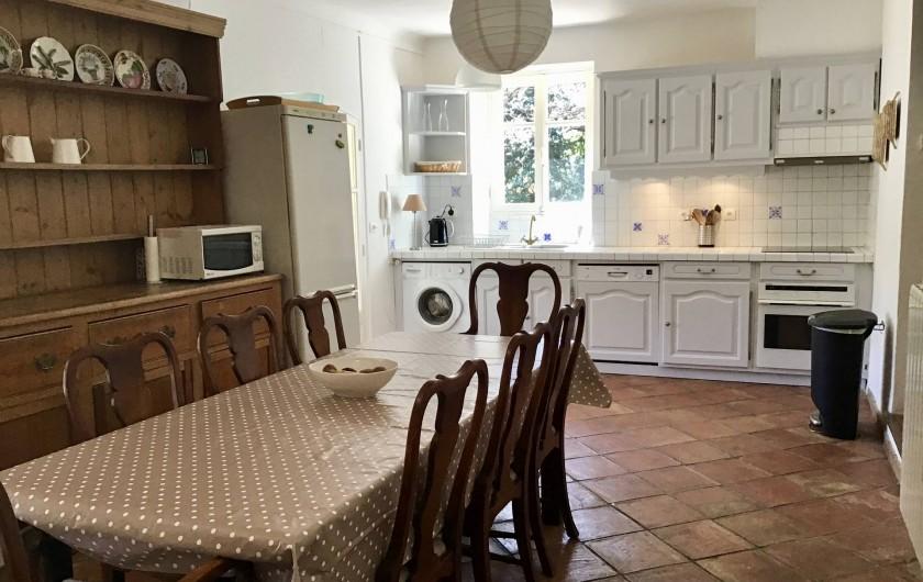 Location de vacances - Mas à Bagnols-en-Forêt - Cuisine/salle a manger bien équipée pour cuisiner.
