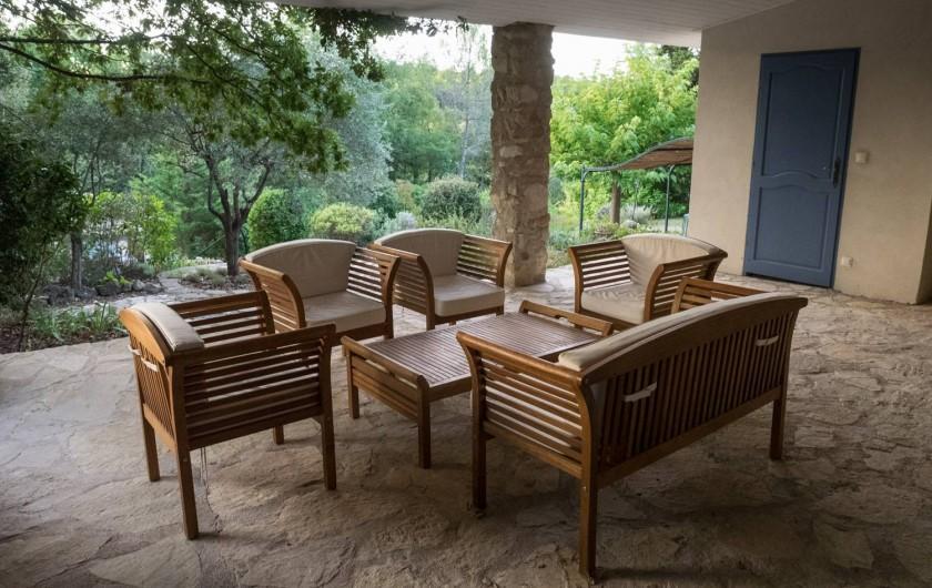 Location de vacances - Mas à Bagnols-en-Forêt - Terrace couverte...jeux de cartes, un livre, apéro...