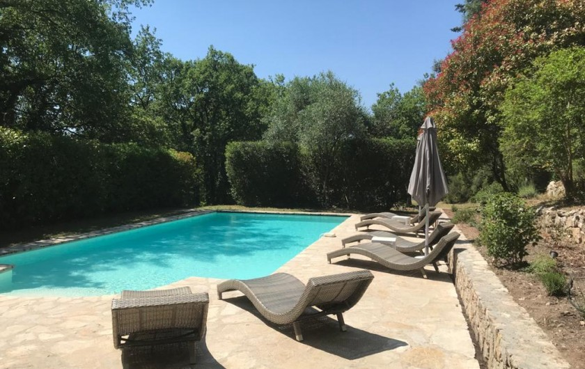 Location de vacances - Mas à Bagnols-en-Forêt - Et RELAX! La piscine avec pool house, w/c, douche et frigo et coin cuisine.