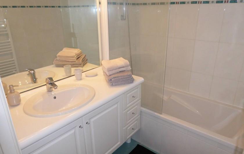 Location de vacances - Appartement à Antibes - La salle de bain avec baignoire