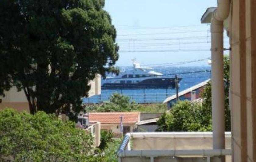Location de vacances - Appartement à Antibes - De la terrasse vous avez une  vue latérale sur la mer