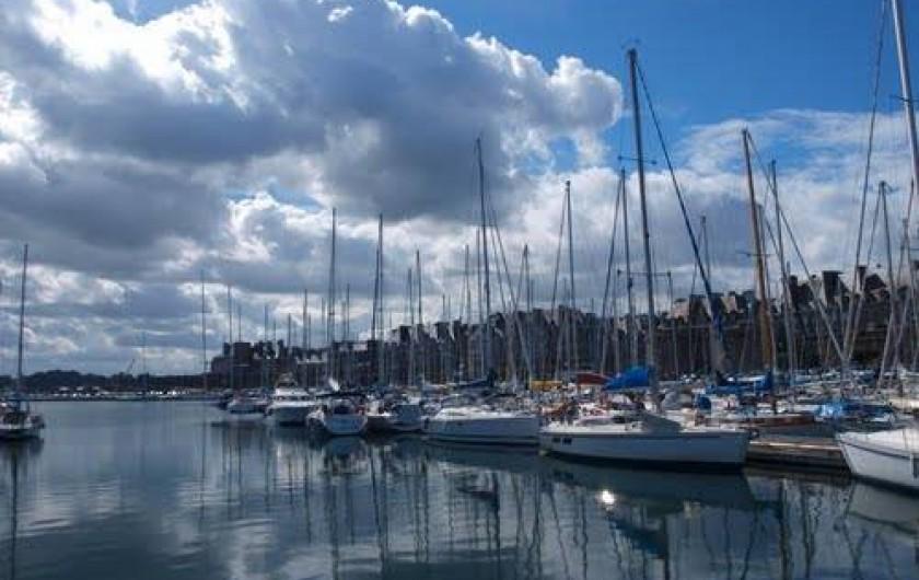 Location de vacances - Maison - Villa à Saint-Malo - Le port de plaisance le long des quais et des remparts.
