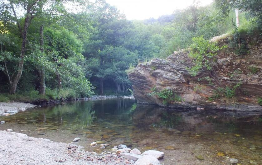 Location de vacances - Camping à Meyrueis - la rivière :la Brèze :se  détendre,jouer au bord de l'eau