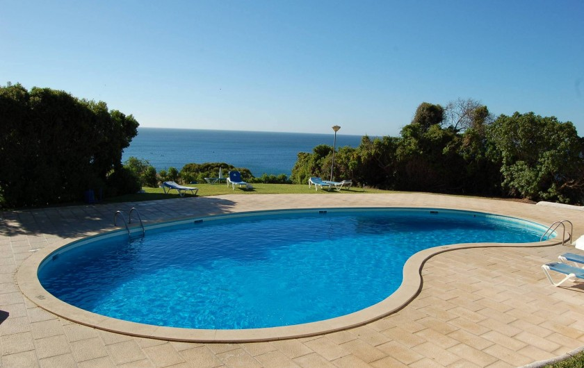 Location de vacances - Villa à Porches - Piscine ovale d'eau de mer surplombant l'océan