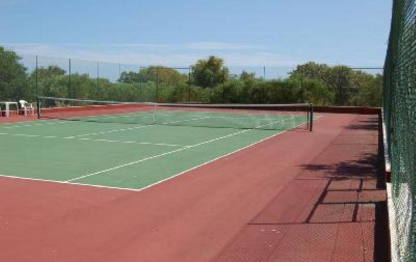 Location de vacances - Villa à Porches - L'un des 3 tennis