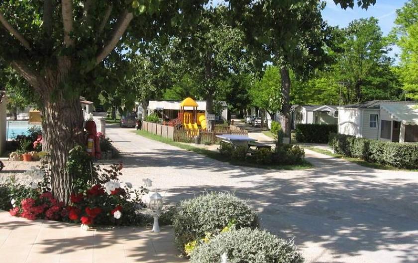 Location de vacances - Bungalow - Mobilhome à Tourrettes - VUE ÉTENDUE DE L'ENTRÉE DU CAMPING