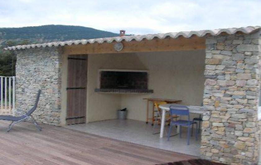 Location de vacances - Villa à Roche-Saint-Secret-Béconne - Le coin barbecue près de la piscine.
