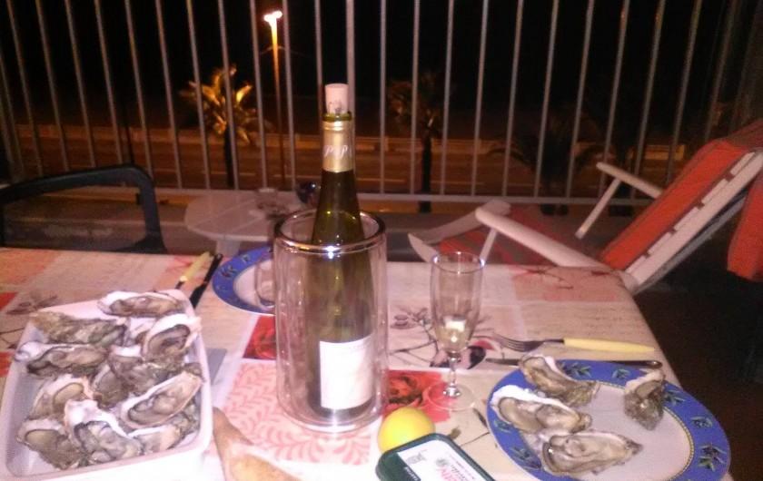 Location de vacances - Appartement à Cannes la Bocca - Douceurs et détente d'un soir sur la terrasse.