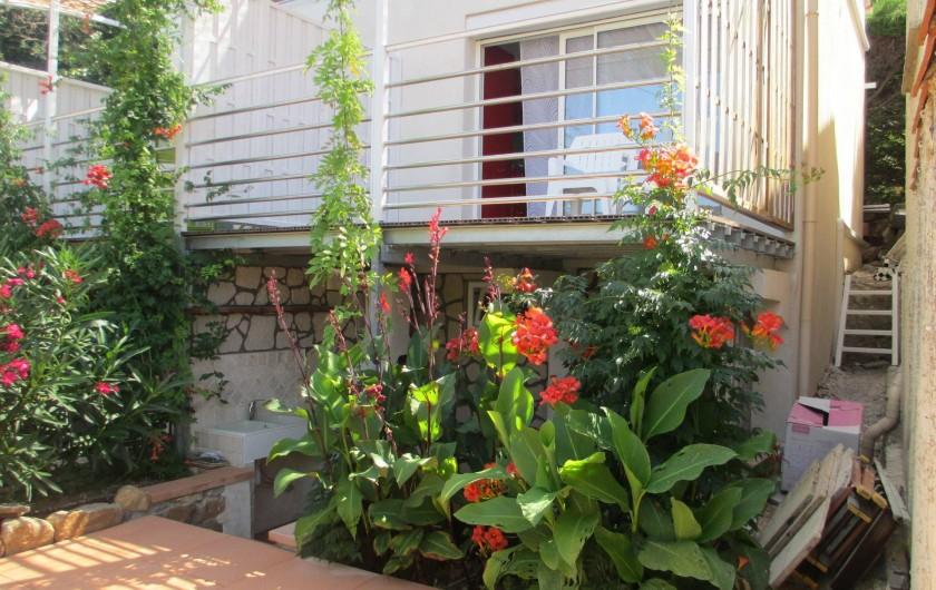 Location de vacances - Maison - Villa à Le Pradet - Maison sur deux niveaux avec petit extérieur et grande terrasse