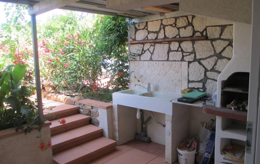 Location de vacances - Maison - Villa à Le Pradet - Cuisine d'été avec point d'eau et barbecue
