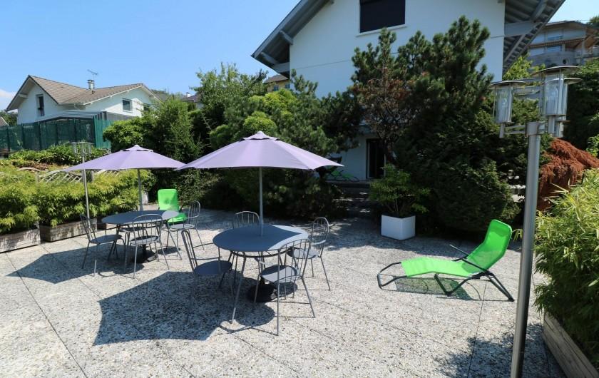 Location de vacances - Appartement à Aix-les-Bains - La terrasse avec ses tables, transats et éclairages