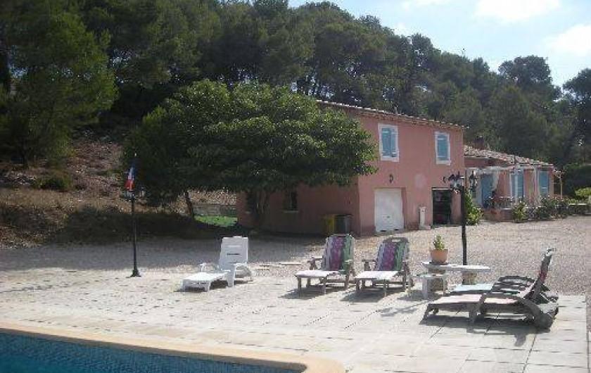 Location de vacances - Studio à Roquefort-la-Bédoule - Vue de l'appartement situé au dessus des garages + parking fermé