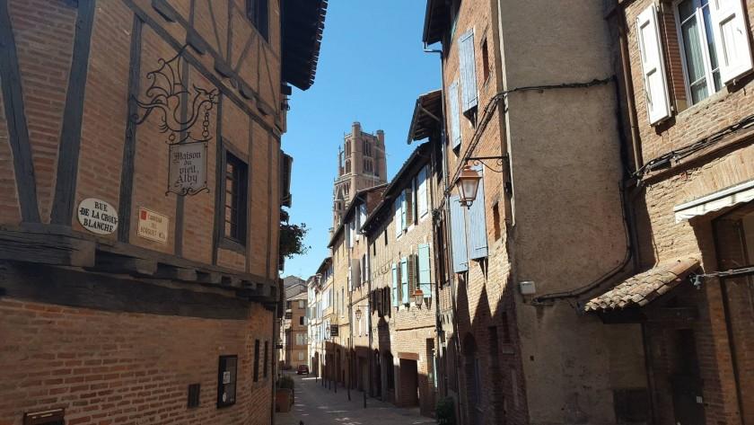 Le gîte du Castelnau est dans cette belle rue de la Croix Blanche