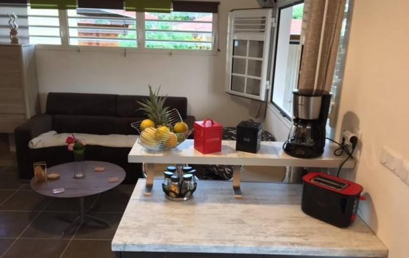 Location de vacances - Studio à Les Trois-Îlets - Vue sur le salon par la porte d'entrée