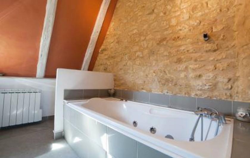 Location de vacances - Gîte à Sainte-Mondane - Baignoire de la salle de bains