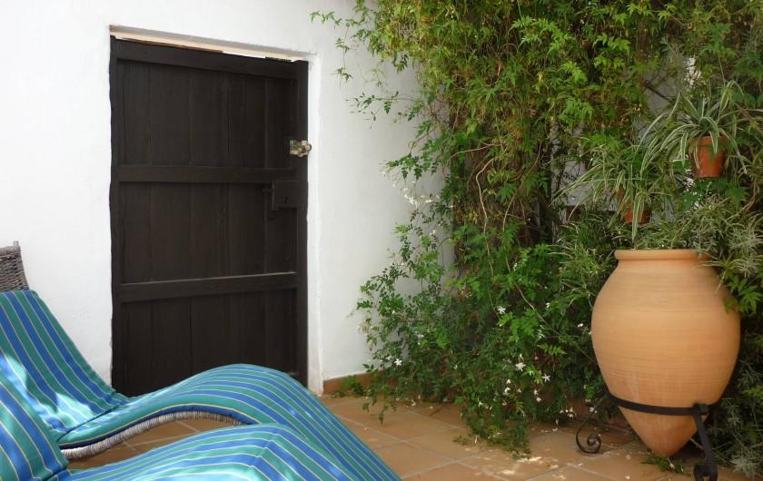 Location de vacances - Gîte à Fuentes de Cesna - In petit coin de la cour privée de Casita Perdiz