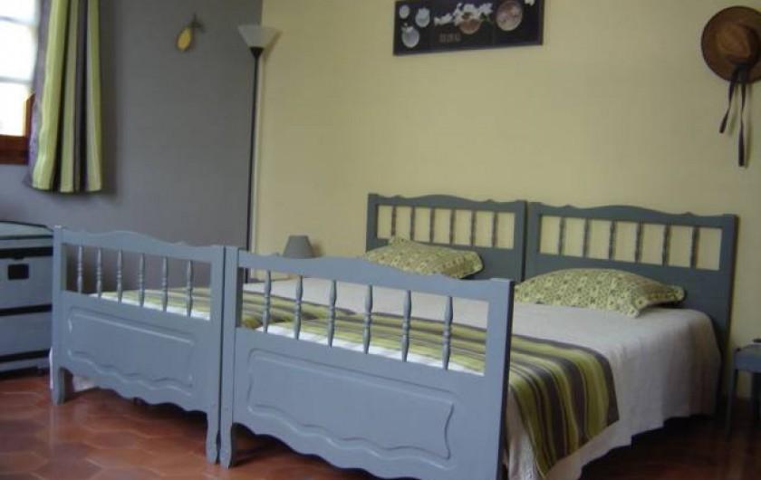 """Location de vacances - Villa à Saint-Julien-de-Cassagnas - La chambre """" tournesol """""""