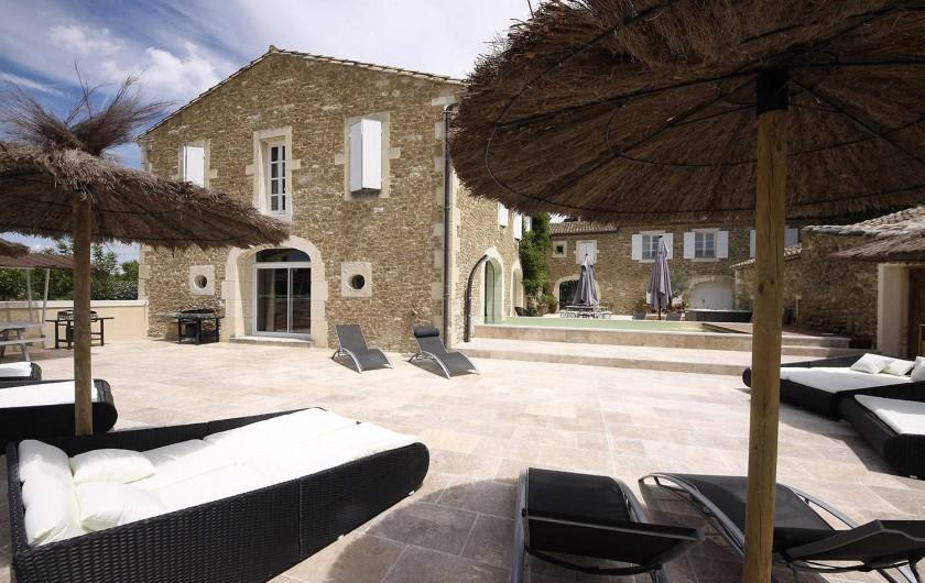 Location de vacances - Mas à Grillon - Coin terrasse avec transat et parasol