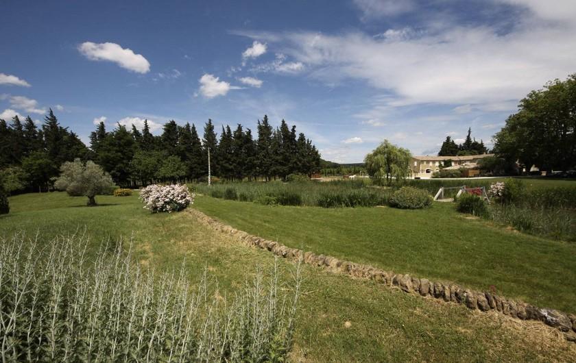 Location de vacances - Mas à Grillon - Parc de 15 000 m2 avec lac, et table pour pique nique