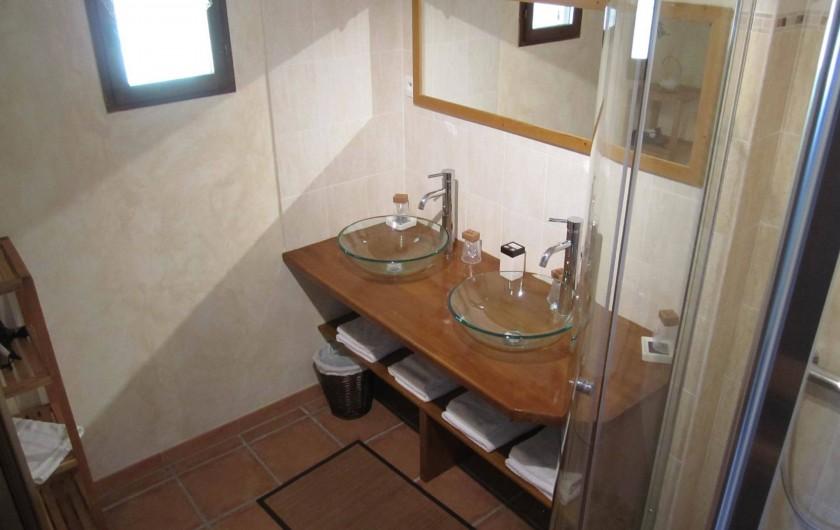 Location de vacances - Gîte à Saint-Laurent-des-Hommes - Salle de bain du bas (douche à l'italienne et deux vasques)