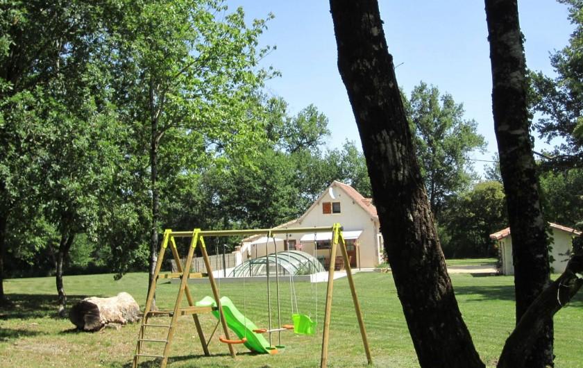 Location de vacances - Gîte à Saint-Laurent-des-Hommes - Dans le sous bois  - Aire de jeux des enfants balançoire et cabane.