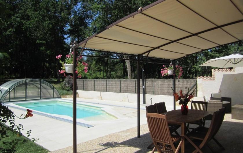 Location de vacances - Gîte à Saint-Laurent-des-Hommes - Vue sur la terrasse - coin repas