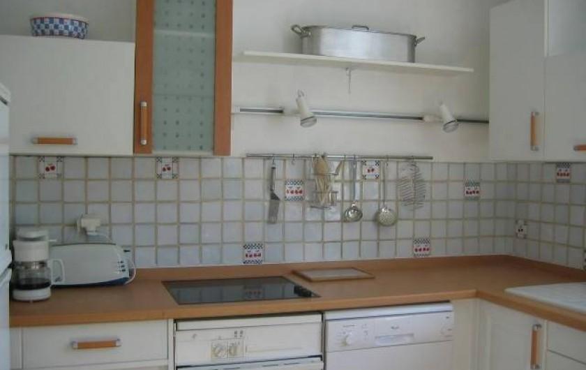 Location de vacances - Villa à Le Palais - cuisine équipée: plaque de cuisson, four, four micro-ondes, lave-vaisselle...