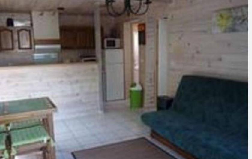 Location de vacances - Villa à Saint-Michel-Escalus - un salon avec clic clac, tv, rangement, table à manger.