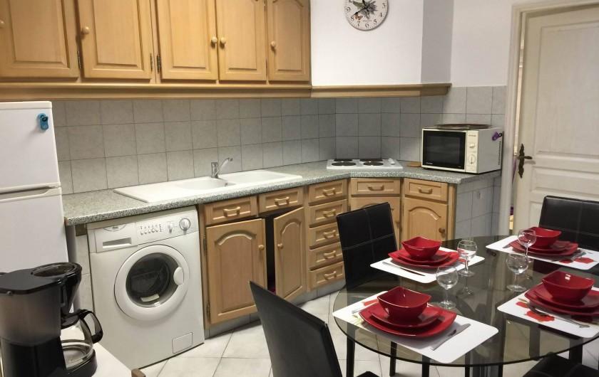 Location de vacances - Appartement à Saint-Raphaël - cuisine + table