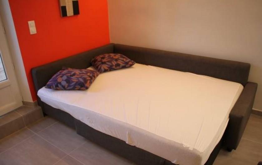 Location de vacances - Studio à Juan les Pins - Vue du lit ouvert de la banquette