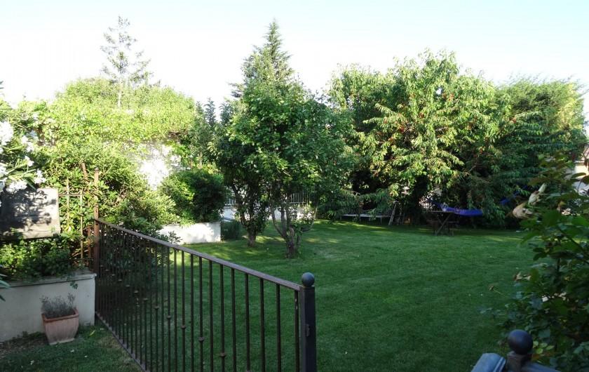Location de vacances - Gîte à L'Isle-sur-la-Sorgue - à gauche du portillon, votre jardinet, à droite notre jardin.