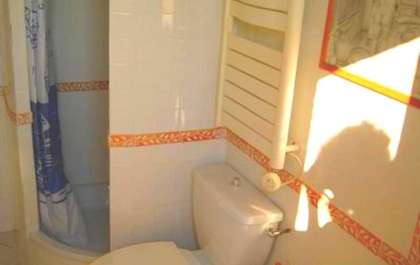 Location de vacances - Studio à Cagnes-sur-Mer - Salle de bain avec toilette (douche, WC, bidet) du studio Francy