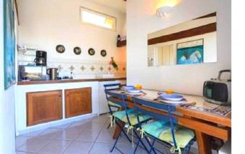 Location de vacances - Studio à Cagnes-sur-Mer - Vue cuisine américaine equipée avec la table à manger du studio Francy