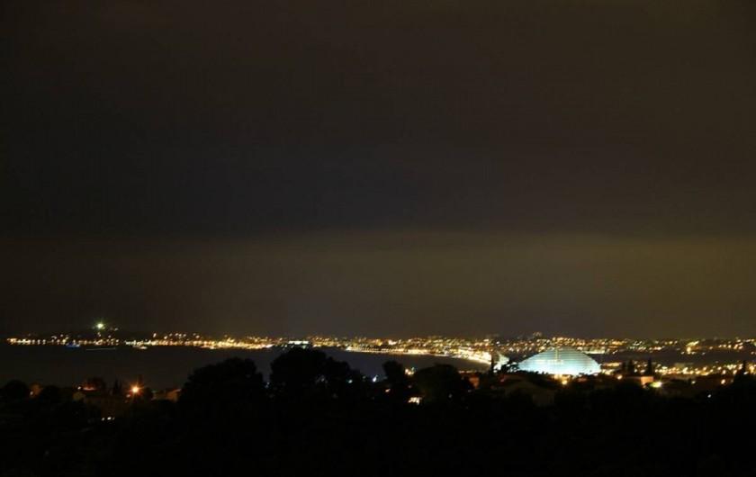 Location de vacances - Studio à Cagnes-sur-Mer - Vue du golfe d'Antibes la nuit