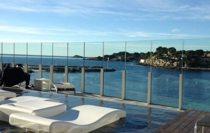 Location de vacances - Appartement à Bandol - Thalasso à l'île Rousse, vue sur la plage de Rènecros