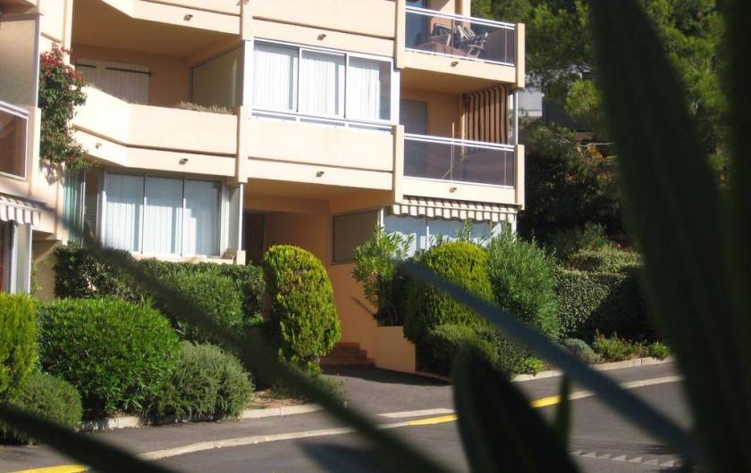 Location de vacances - Appartement à Bandol - Soleil sur le bâtiment