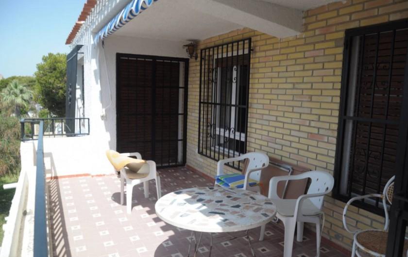 Location de vacances - Appartement à Alicante - Terrasse agréable, store déroulant. Table et chaises de jardin.
