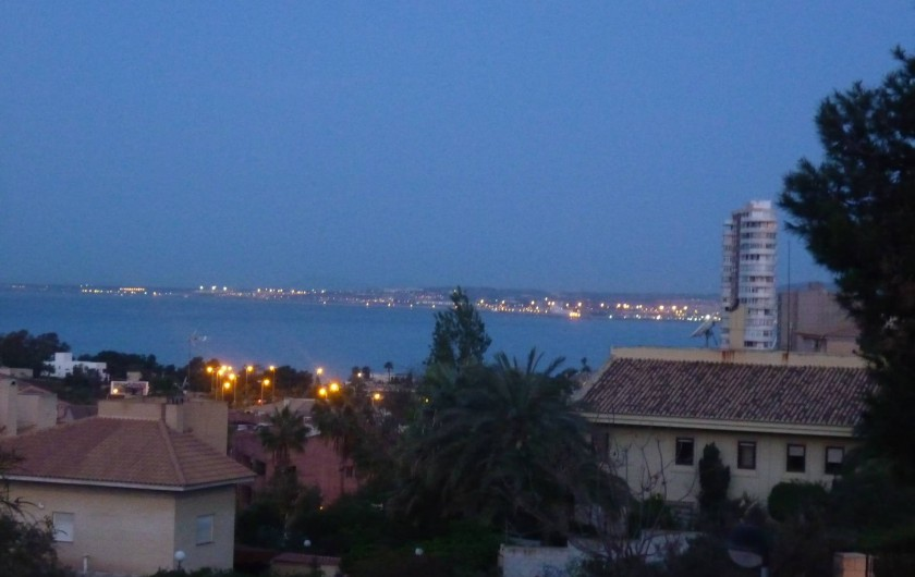 Location de vacances - Appartement à Alicante - Vue de la terrasse la nuit (zoomée)