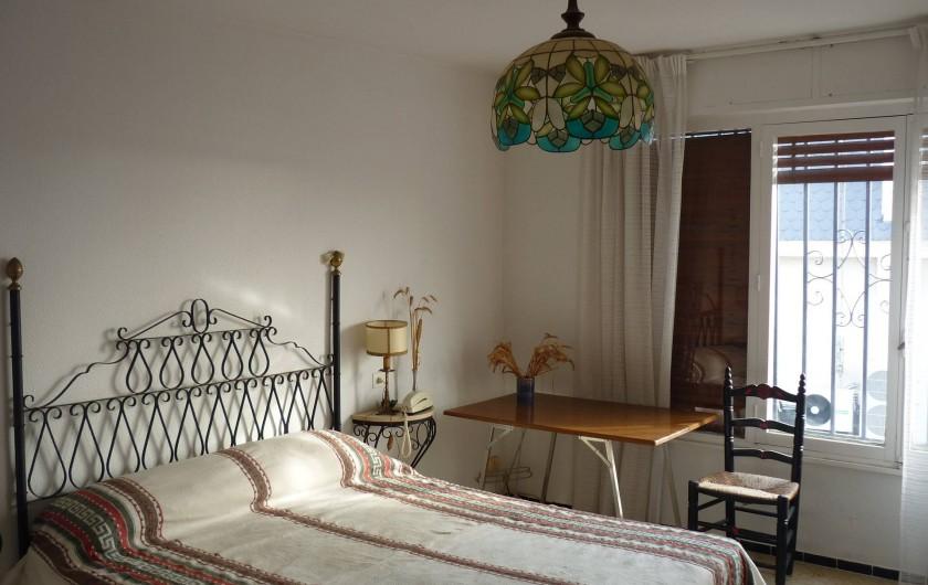 Location de vacances - Appartement à Alicante - Belle chambre parentale avec accès terrasse, lit grande largeur neuf.