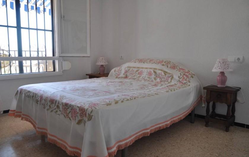 Location de vacances - Appartement à Alicante - Chambre de couple, avec lit neuf. Fenêtre donnant sur terrasse.
