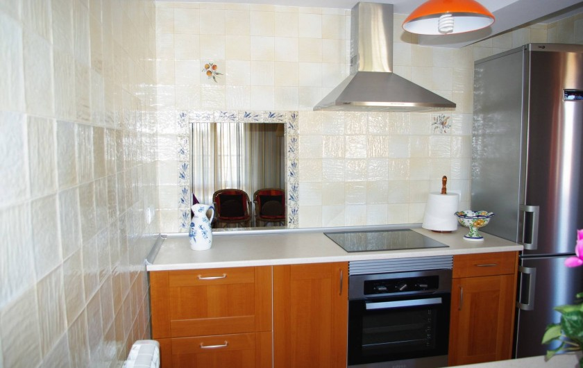 Location de vacances - Appartement à Alicante - Belle cuisine indépendante, avec passe-plats vers salle à manger.