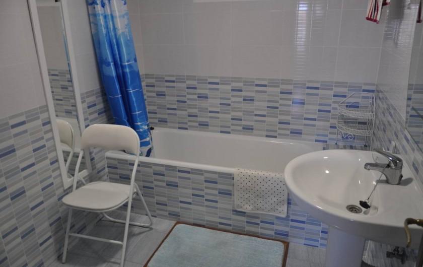 Location de vacances - Appartement à Alicante - Salle de bains avec baignoire, douche, WC.