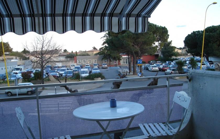 Location de vacances - Appartement à Lunel - balcon avec plancha électrique, vue sur parking