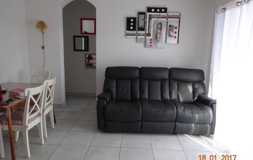 Location de vacances - Appartement à Lunel - salle à manger/salon avec télévision donnant sur le balcon, avec store banne