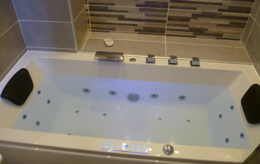 Location de vacances - Appartement à Le Corbier - Baignoire balnéo dans la salle de bain .