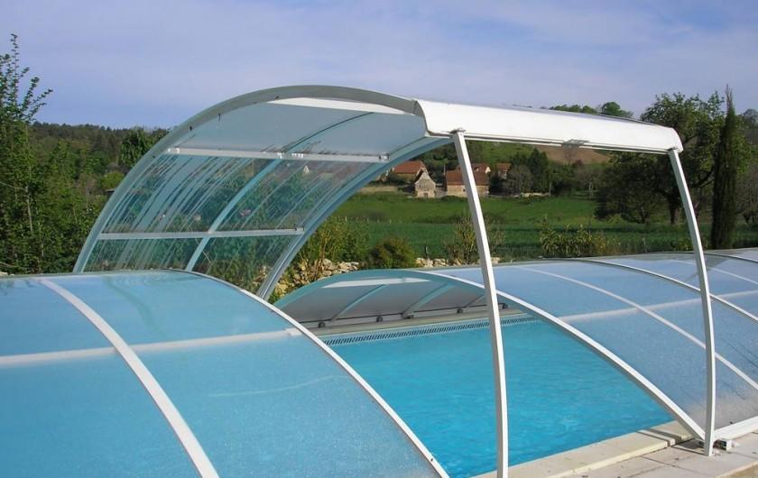 Location de vacances - Gîte à Saint-Rabier - Côté piscine et hameau au loin