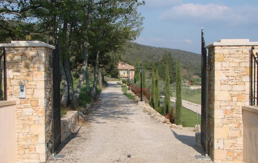 Location de vacances - Gîte à Saint-Martin-de-Pallières - L'entrée du Domaine de l'Adret