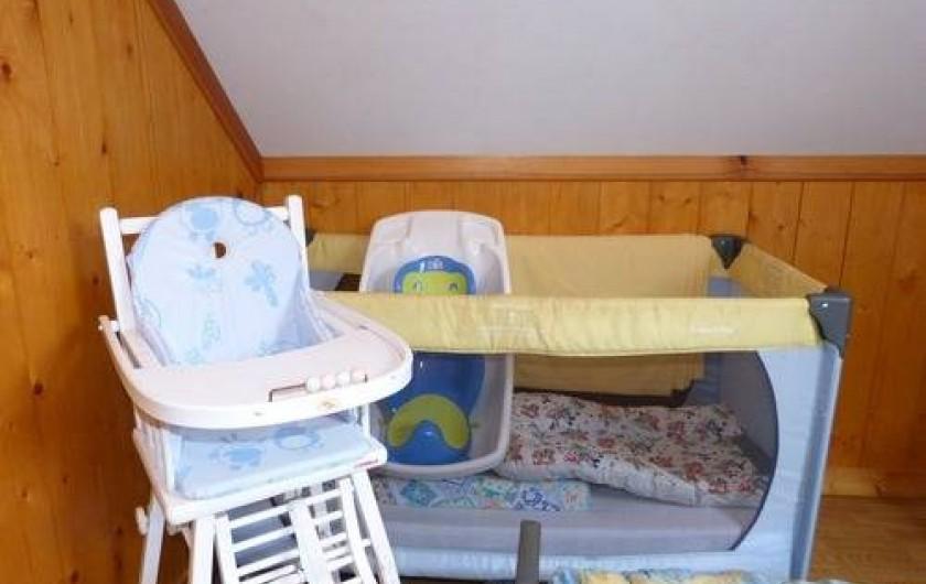 Location de vacances - Gîte à Béganne - Nécessaire bébé: Lit parapluie, chaise-haute,baignoire, tapis à langer.