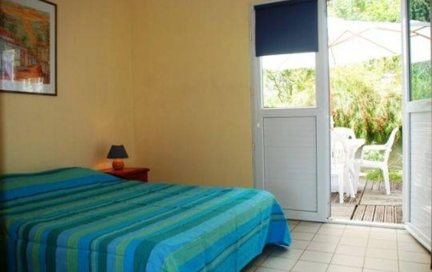 Location de vacances - Appartement à Pointe du Bout - chambre climatisée donnant côté jardin.